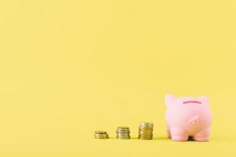 Sparschwein mit Spalten von Münzen