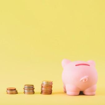 Sparschwein mit Stapeln Münzen