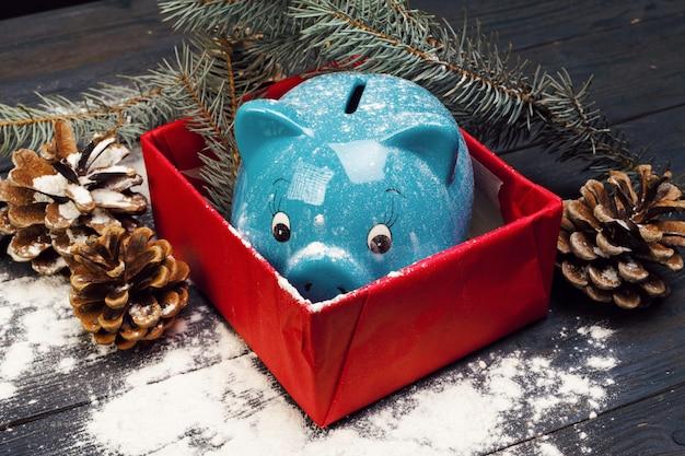 Sparschwein mit weihnachtsdekoration. weihnachtszusammensetzung.