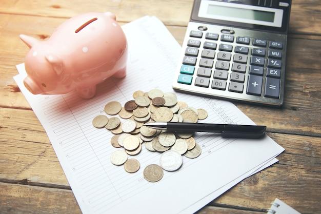 Sparschwein, münzen und taschenrechner