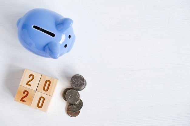 Sparschwein, münzen, zahlen, die neues jahr symbolisieren