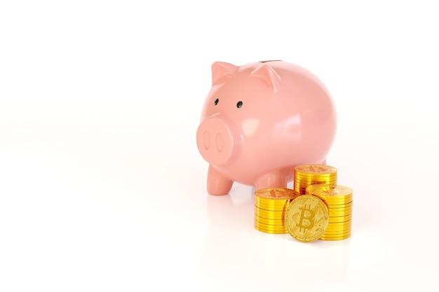 Sparschwein nächsten stapel bitcoin isoliert auf einer weißen oberfläche.