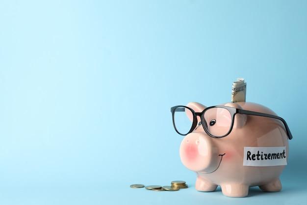 Sparschwein und geld auf blau, platz für text