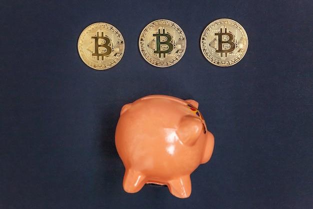 Sparschwein und goldene bitcoin-münze virtuelles geld auf schwarz
