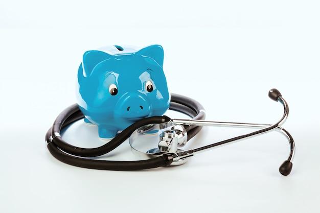 Sparschwein und stethoskop lokalisiert auf einem weiß