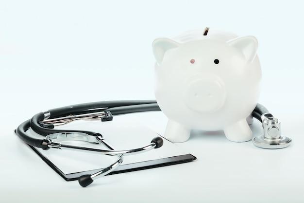 Sparschwein und stethoskop lokalisiert