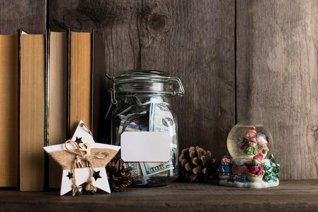 Sparschwein voller geld für die feiertage und weihnachten gesammelt.