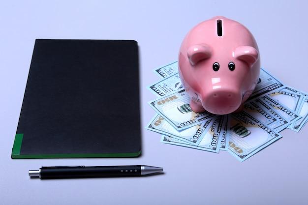 Sparschweinart-geldkastengeldamerikaner hundert dollarscheine