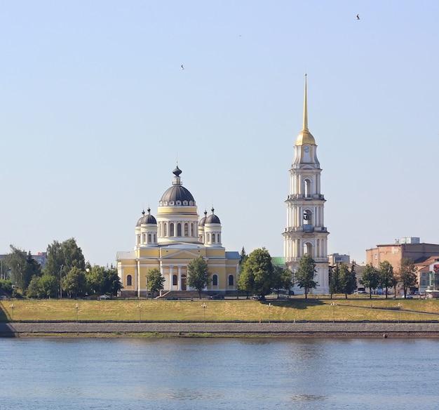 Spaso-preobrazhensky-kathedrale in der stadt von rybinsk auf der wolga im frühjahr, russland.