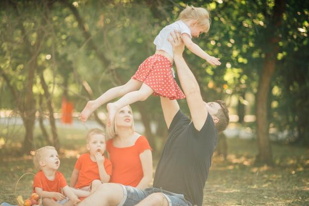 Spaßfamilie, die im park spielt