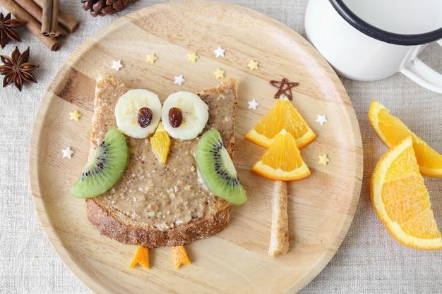 Spaßfeiertagseulentoast mit frucht, lebensmittelfrühstück