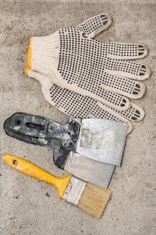 Spatel, pinsel und handschuhe