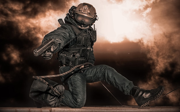 Special forces soldat stürmt das gebäude. konzept der geiselnahme. klatsche.