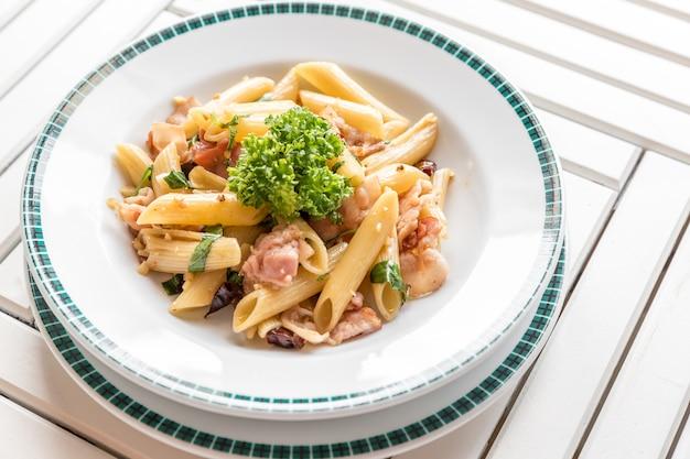 Speck aglio olio pasta