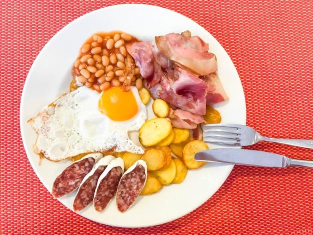 Speck, bohnen, spiegelei, würste, kartoffeln, englisches frühstück.
