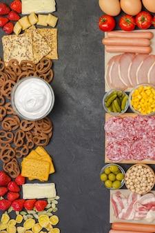 Speck, würstchen, käse, gemüse, kekse, müsli joghurt: zutaten für das kontinentale frühstück.