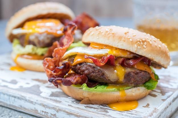 Speckburger mit eiersalat und käse