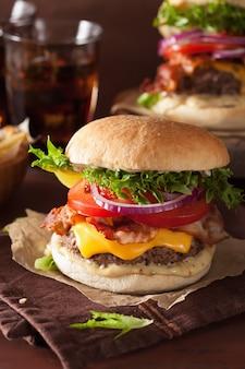 Speckkäseburger mit rinderpastetchen-tomatenzwiebel