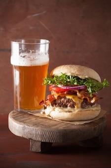 Speckkäseburger mit rindfleischpastetchen-tomaten-zwiebelbier
