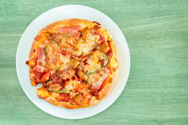 Speckpizza auf holztisch, draufsicht