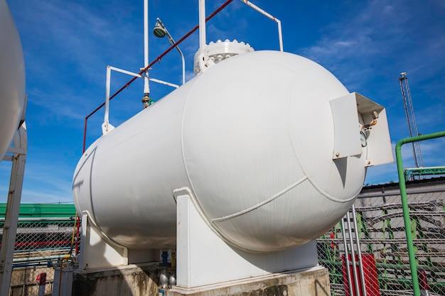 Speicher zwei von gas lpg im blauen himmel des horizontalen weißen tanks.