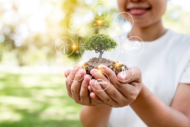 Speichern sie welt mit dem pflanzen des baums, der frau, die schössling und der guten energieenergie für umweltverbindung hält