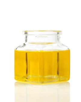 Speiseöl in der flasche lokalisiert auf weiß