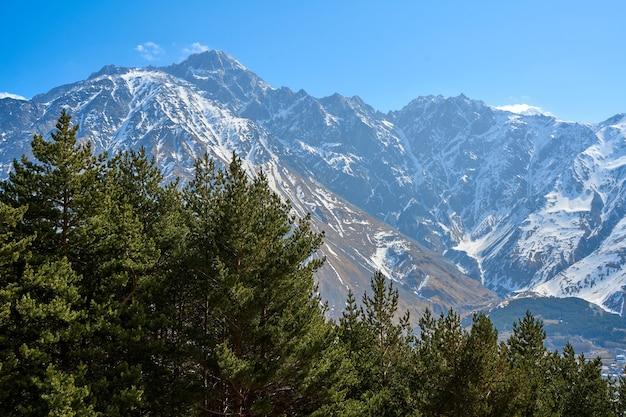 Spektakuläre berglandschaft. schneebedeckte majestätische berge. früher frühling.