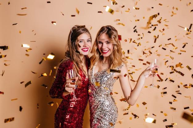 Spektakuläre frau im trendigen haarschmuck, die neujahrsfeier genießt