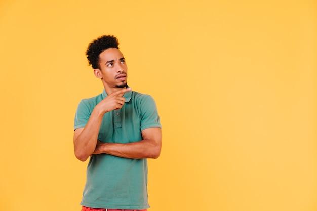 Spektakulärer afrikanischer mann mit bartstand. porträt des stilvollen schwarzen männlichen modells isoliert.