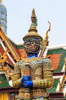 Spektakulärer tempel der architektur riesiger buddhistischer kunstwerke in thailand.