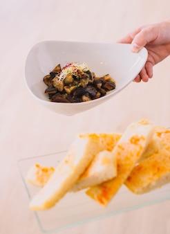 Spektakuläres rührei mit pilzen und sprossen in einem europäischen gourmetrestaurant