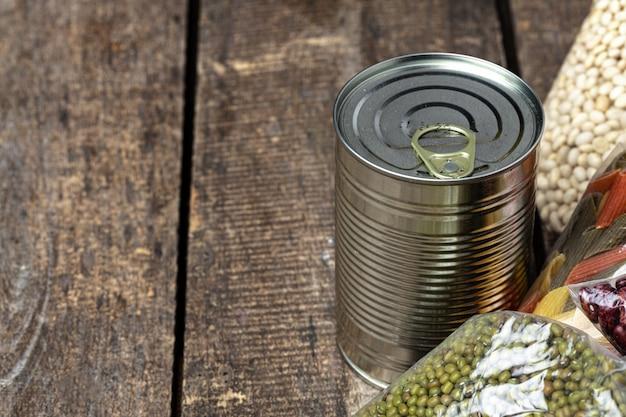 Spenden essen mit konserven auf dem tisch. konzept spenden. nahansicht.