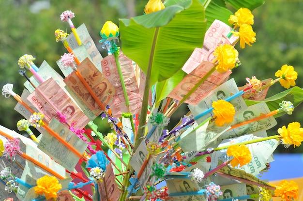 Spenden-verdienst-geldbaum am thailändischen tempel.