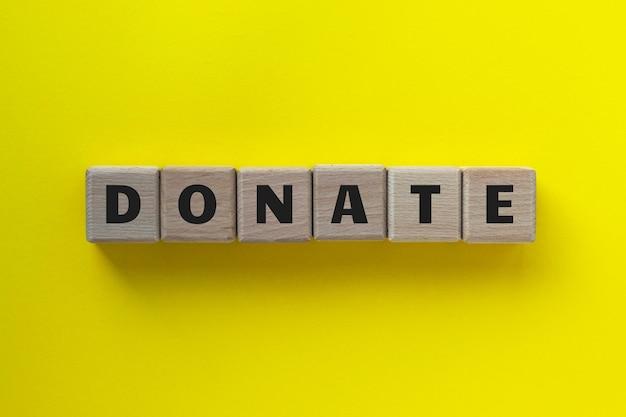 Spenden wort geschrieben auf holzwürfeln.