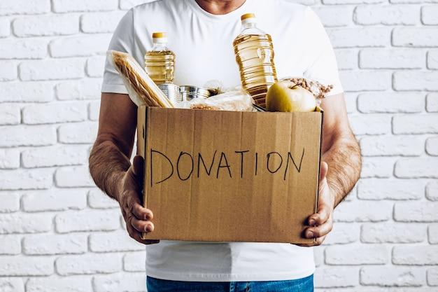 Spendenbox mit lebensmitteln für menschen