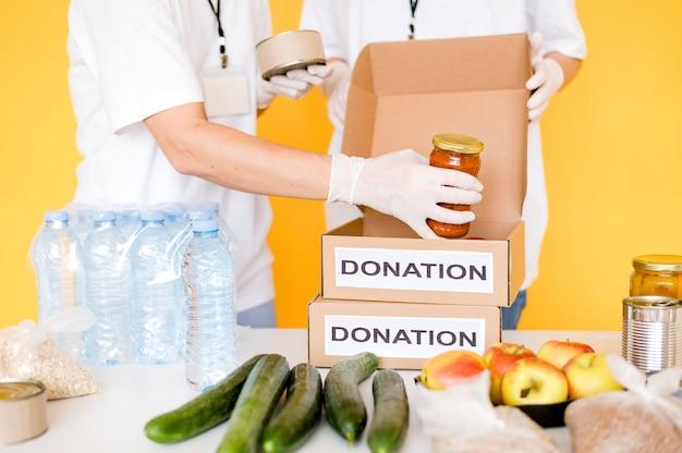 Spendenboxen werden mit lebensmitteln gefüllt