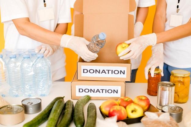 Spendenboxen werden mit proviant gefüllt