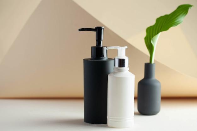 Spender mit kosmetik-körpercreme-duschgel bereit für ihr verpackungsdesign spa-konzept hautauto...