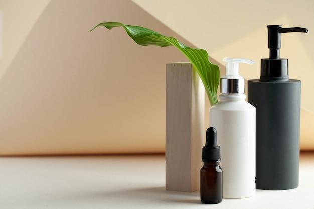 Spender mit kosmetikserum, bereit für ihr verpackungsdesign spa-konzept hautpflege-kopienraum