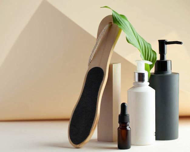 Spender mit kosmetikserum-nagelfeile bereit für ihr verpackungsdesign spa-konzept hautpflegekopie...