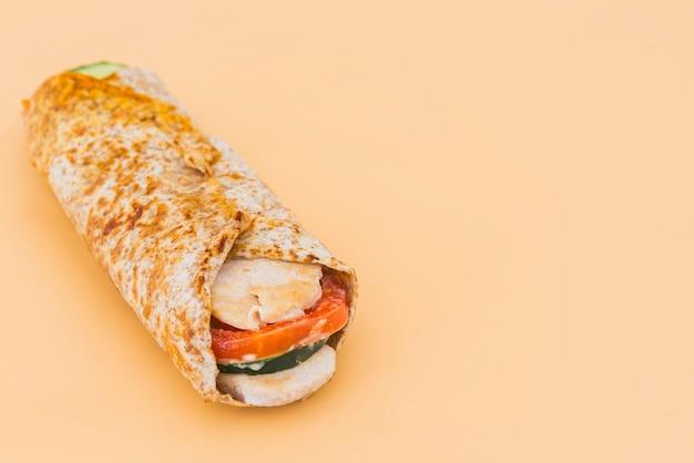 Spender shawarma kebab mit orange hintergrund