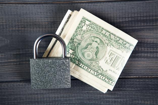 Sperren sie dollarnoten auf grauem holztisch