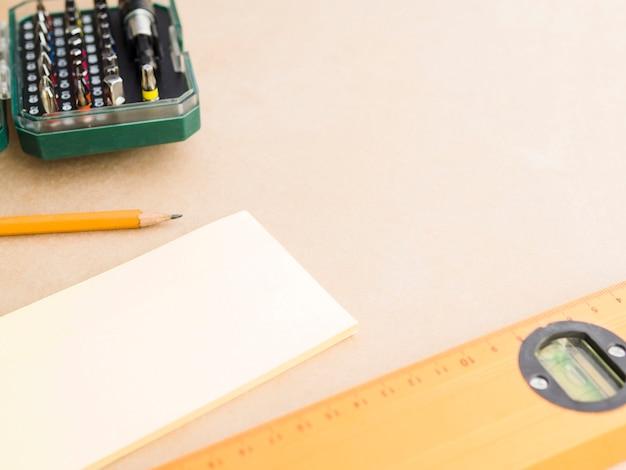 Sperrholz mit auswahl an tischlerwerkzeugen