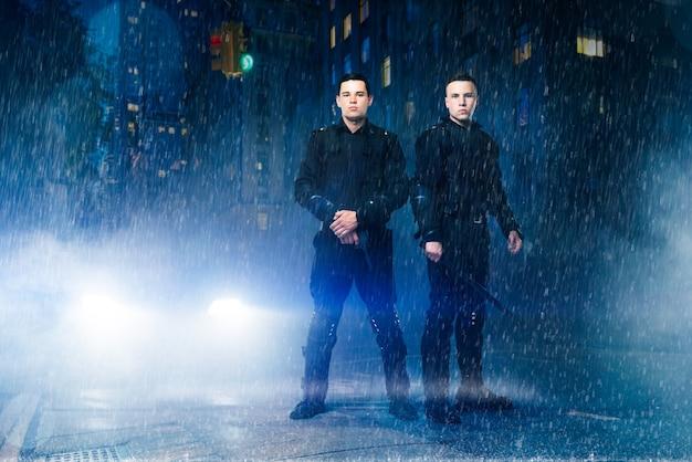 Spezialeinheitstruppen posieren im regen