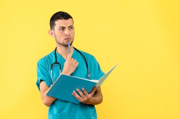 Spezialist für seitenansicht der arzt denkt über analysen von patienten mit covid- nach.