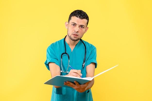 Spezialist für seitenansicht der arzt zeichnet die symptome einer person mit coronavirus auf