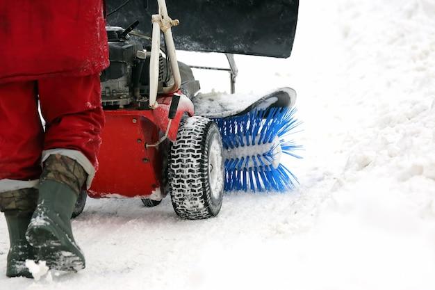 Spezialmaschine zur schneeräumung reinigt die straße