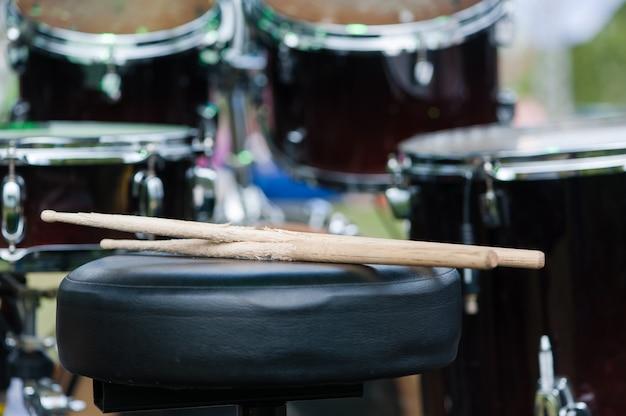 Spezielle sticks für musik mit schlagzeug im hintergrund