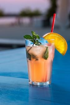 Spezieller cocktail vom barmann, der alkohol in cocktailglas gießt